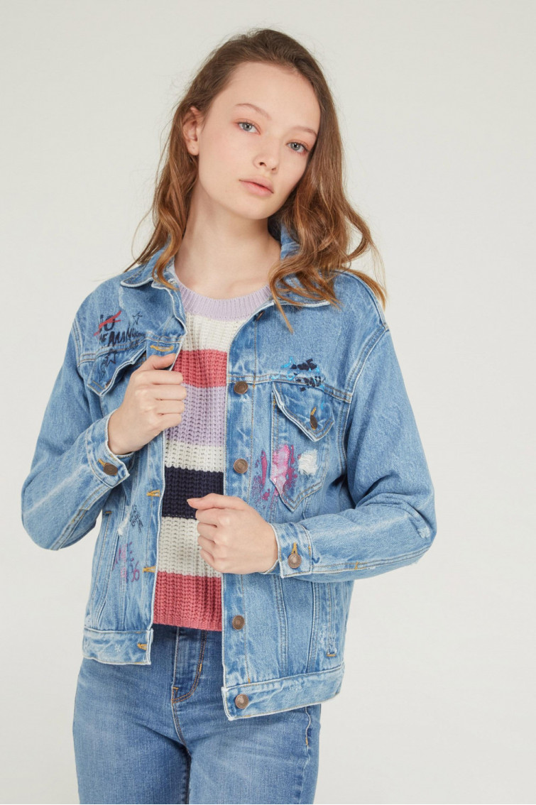 CHAQUETA DENIM ESTAMPADA