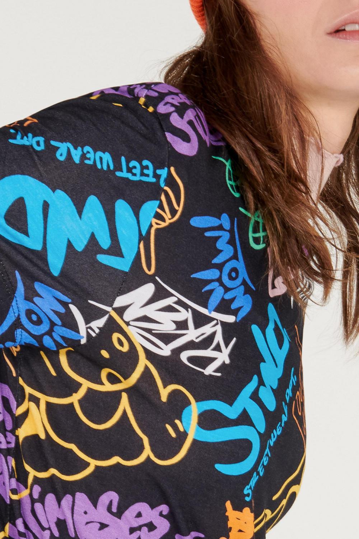 Camiseta manga corta con estampado digital graffiti