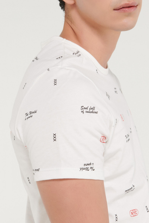 Camiseta con estampación continua y serigrafía localizada.