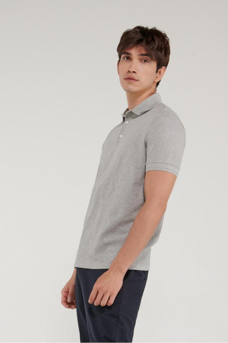 Camisa Polo, tela con textura especial, cuello y puños tejidos