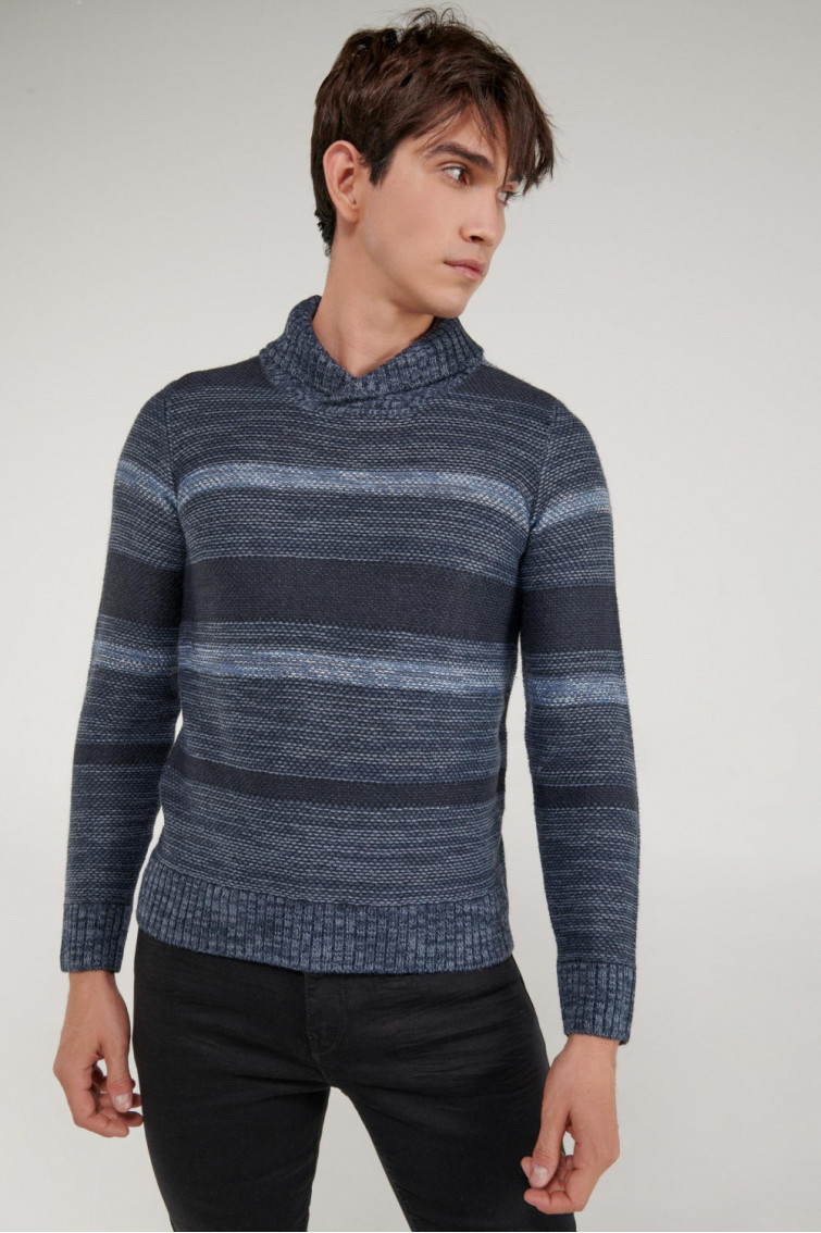Suéter cuello alto tono degradado