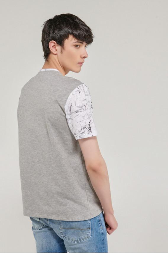Camiseta manga corta estampado grande en frente con corte.