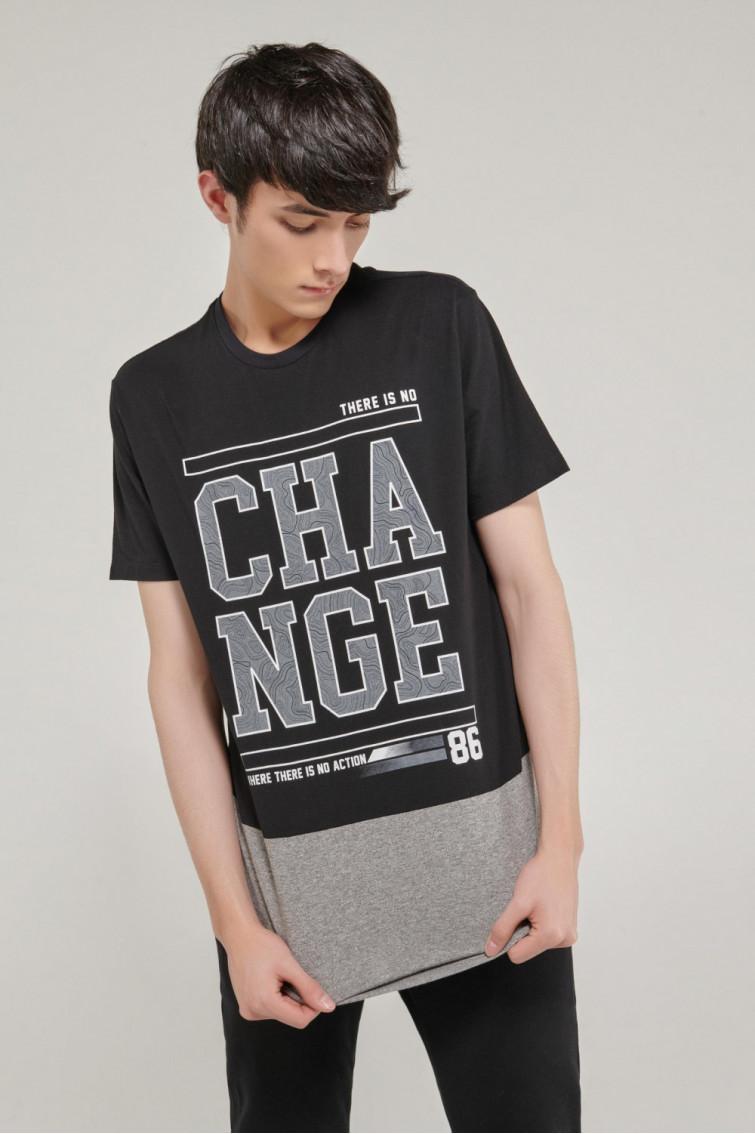 Camiseta manga corta estampado grande de letras en frente, corte inferior.
