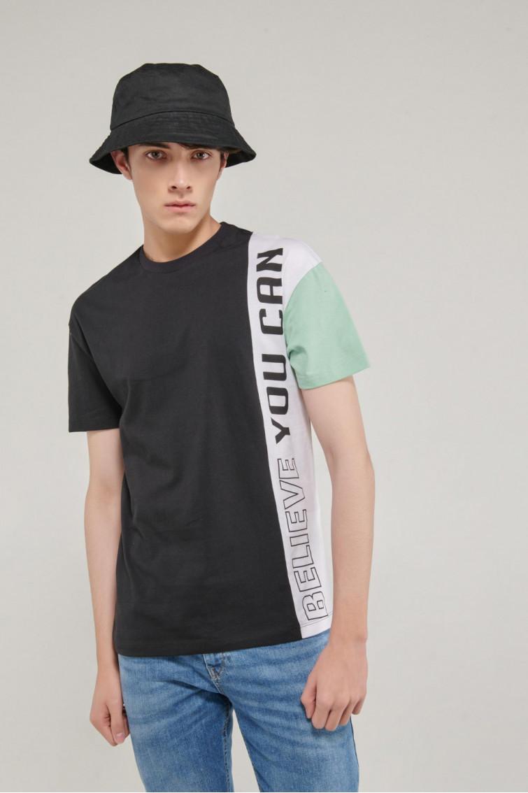 Camiseta manga corta con corte en frente estampado, manga en contraste.
