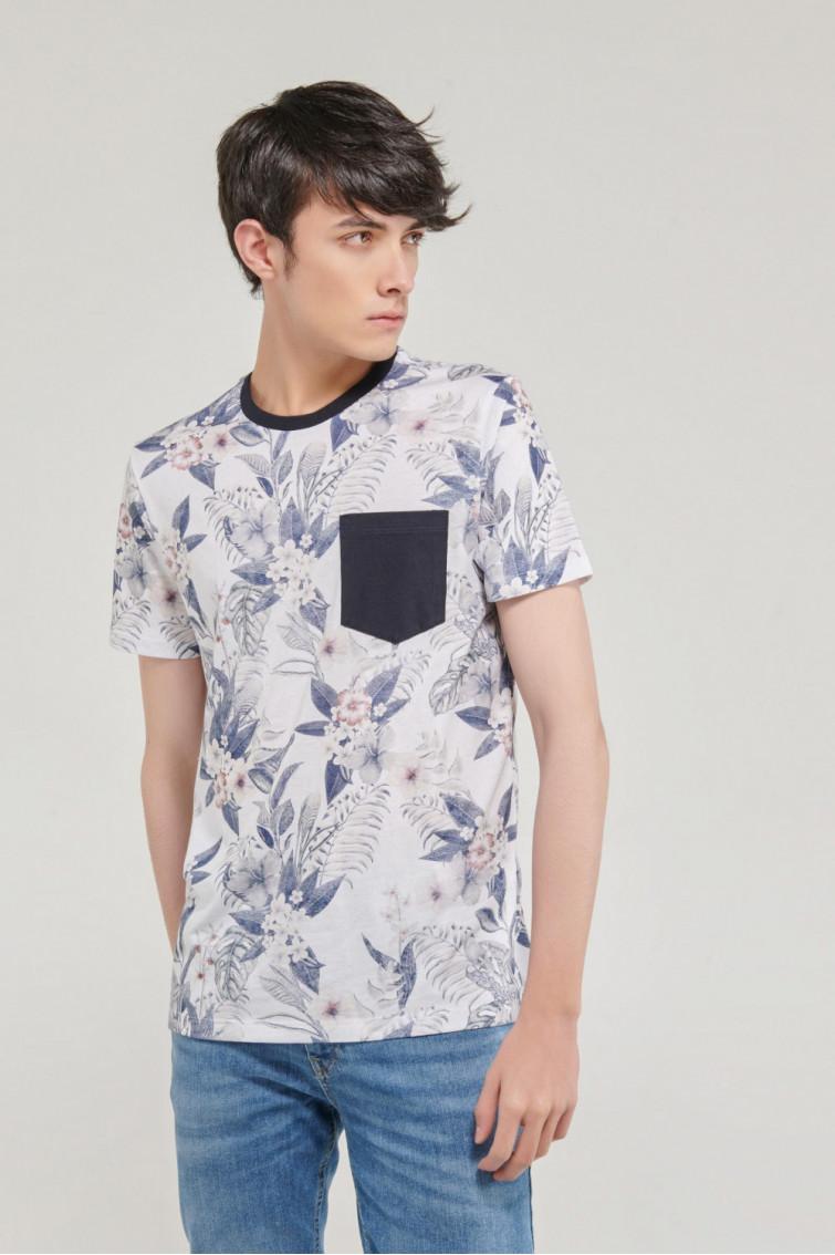 Camiseta manga corta, con estampado digital flores y bolsillo parche.