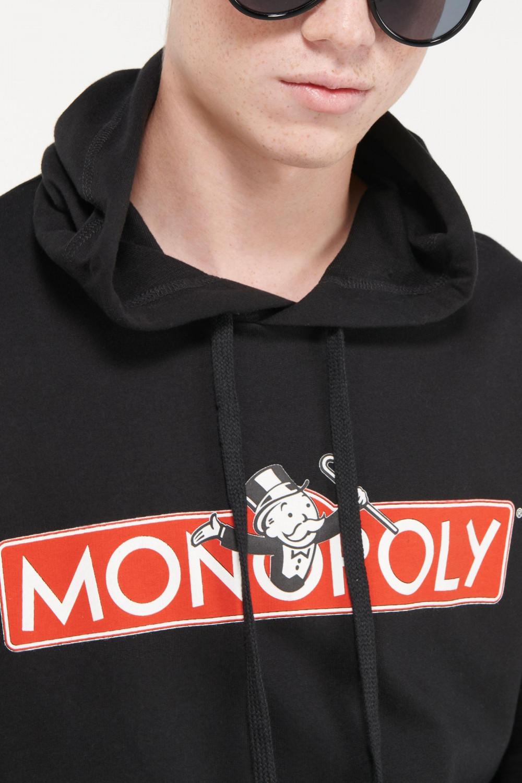 Buzo capota, con bolsillo parche estampado Monopolio.