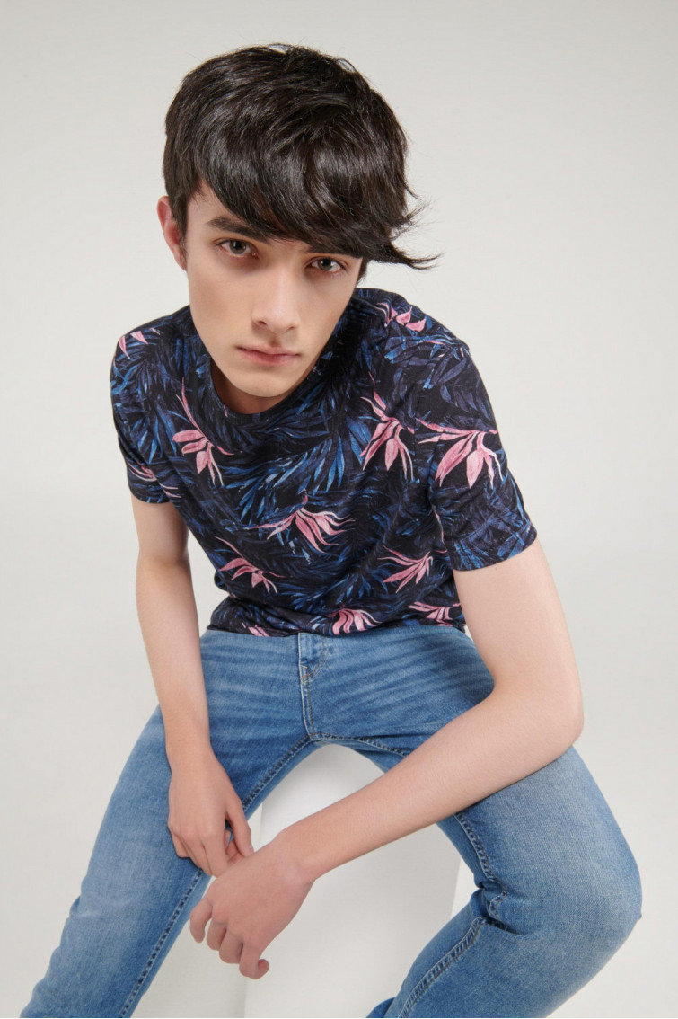 Camiseta básica, manga corta con tela digital.