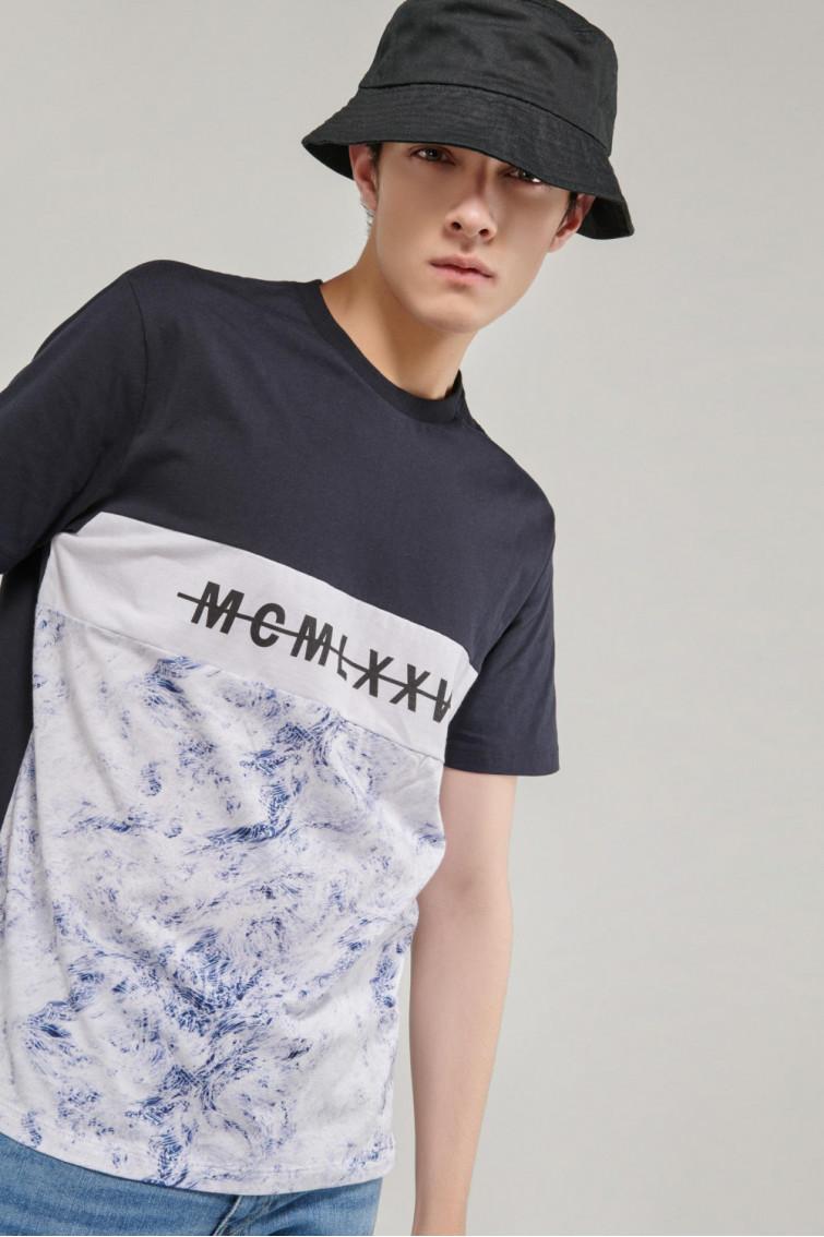 Camiseta manga corta estampada con bloques de color
