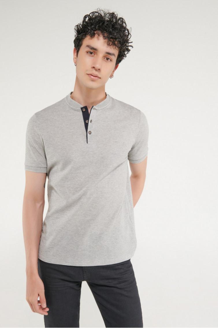 Camisa Polo manga corta unicolor, con banda cuello.