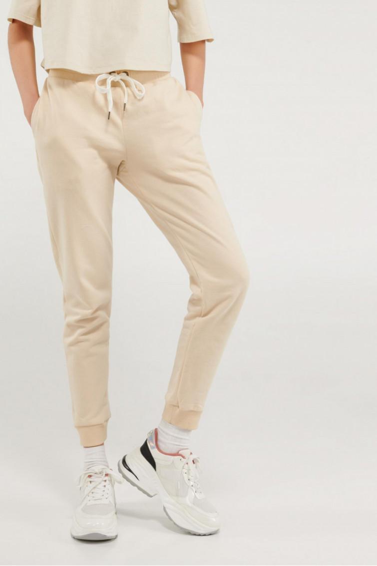 Jogger femenino sin estampado y bolsillos.