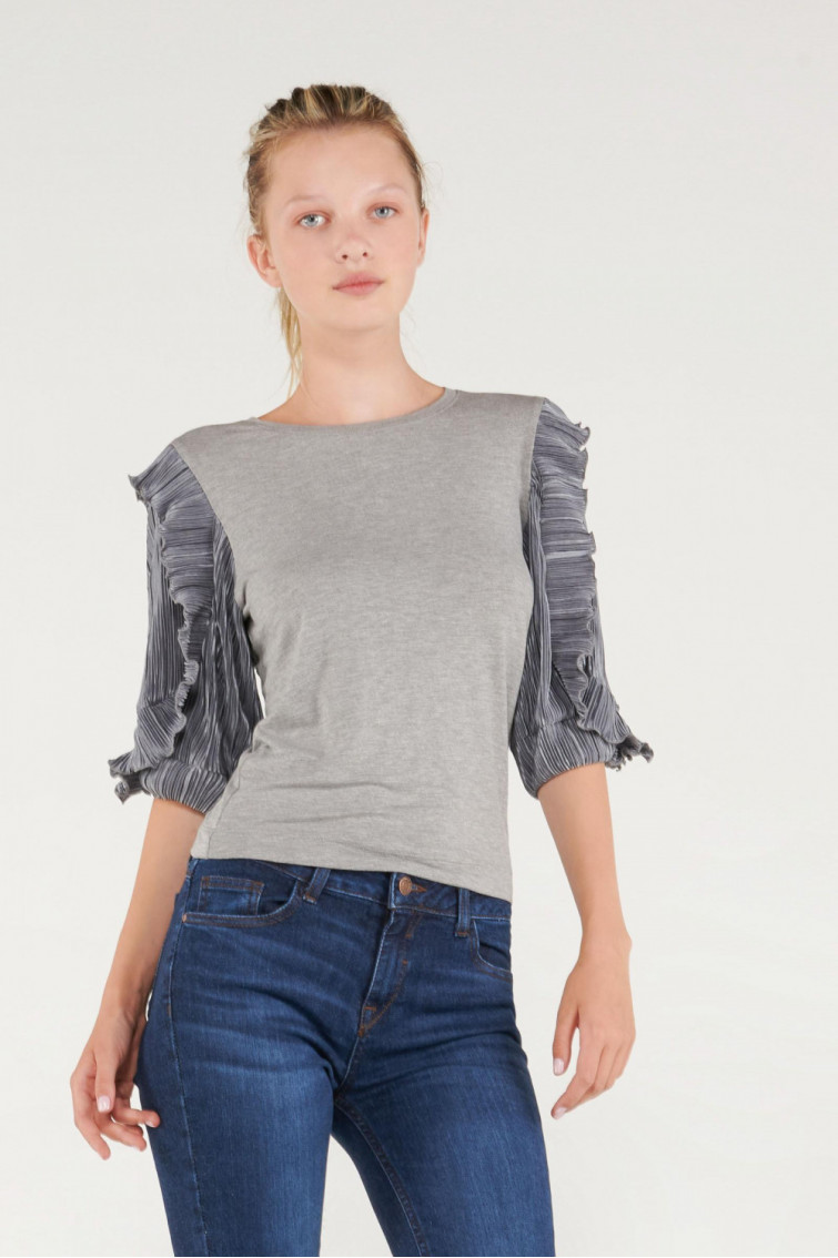 Camiseta unicolor cuello redondo, mangas con recogido.