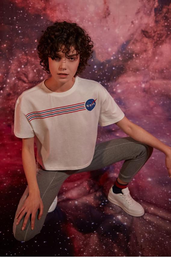 Camiseta básica, manga corta con cuello redondo, con estampado NASA