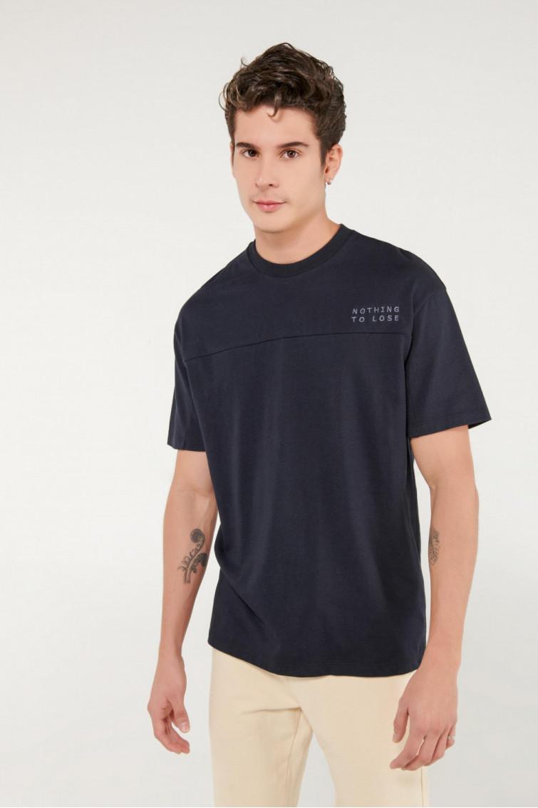 Camiseta manga corta unicolor bordada.