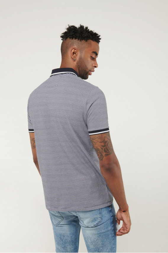 Camisa Polo manga corta estampada, con cuello y puños tejidos.
