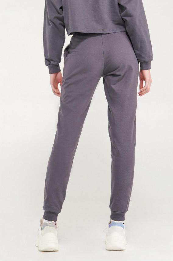 Pantalón jogger unicolor con estampado