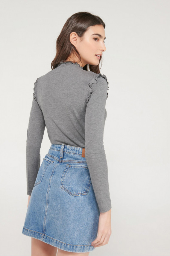 Camiseta cuello alto, manga larga unicolor con arandela en hombro