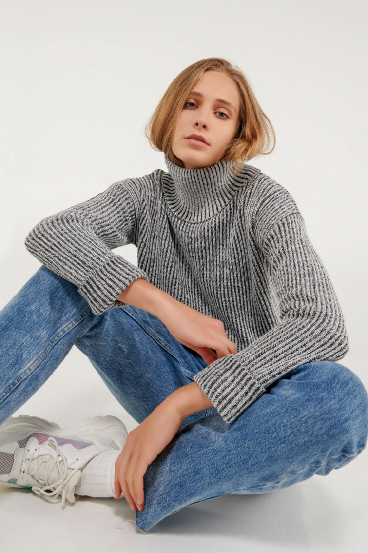 Suéter cuello alto mangas campana