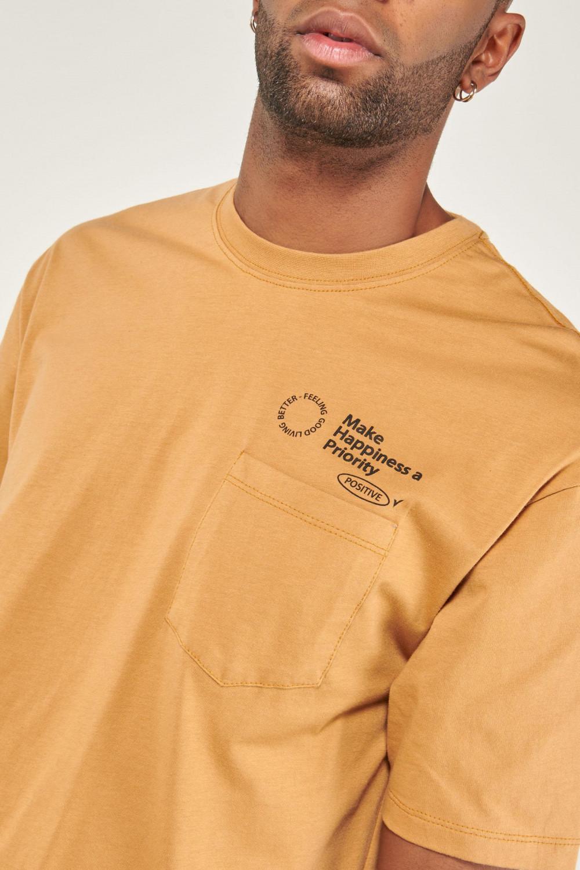 Camiseta manga corta estampada con bolsillo.