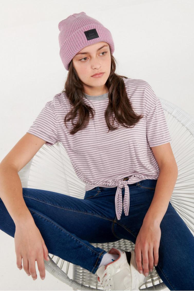 Camiseta manga corta a rayas con estampado en frente.