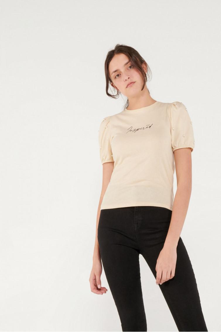 Camiseta manga corta estampada con perlas.