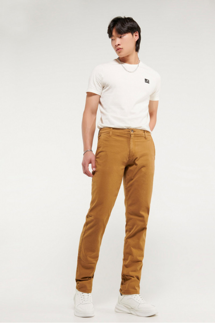 Pantalon unicolor tipo chino slim