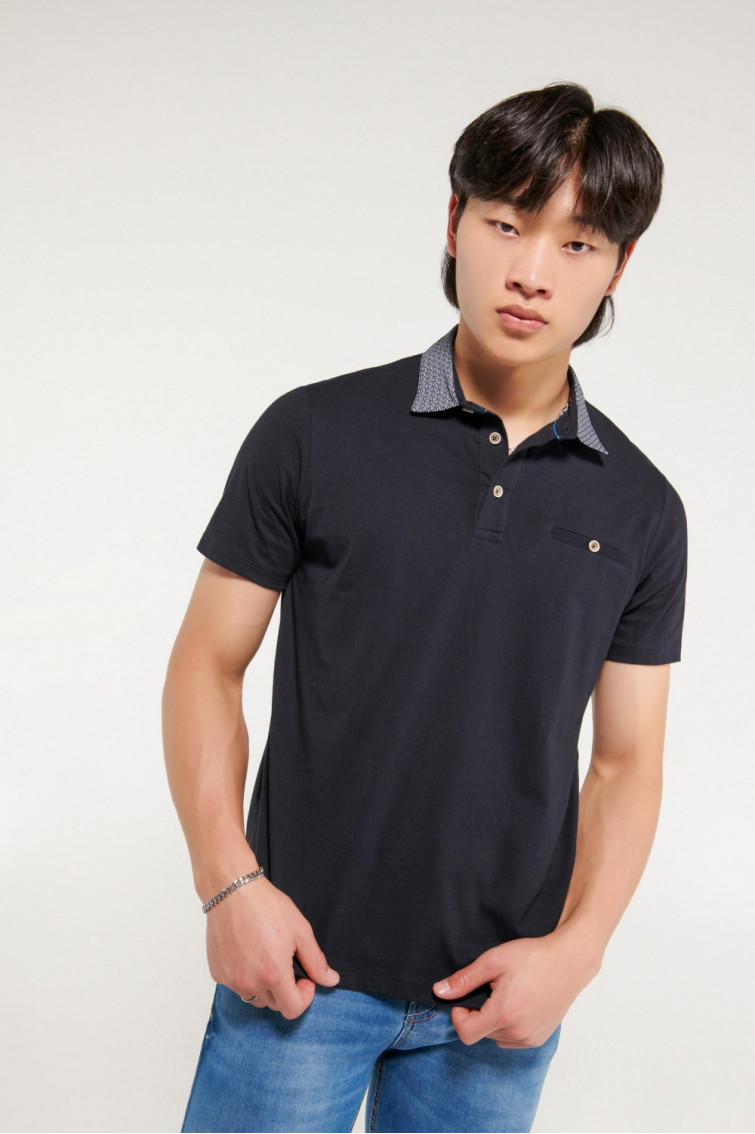 Camiseta polo manga corta, cuello en tela plana y ribete