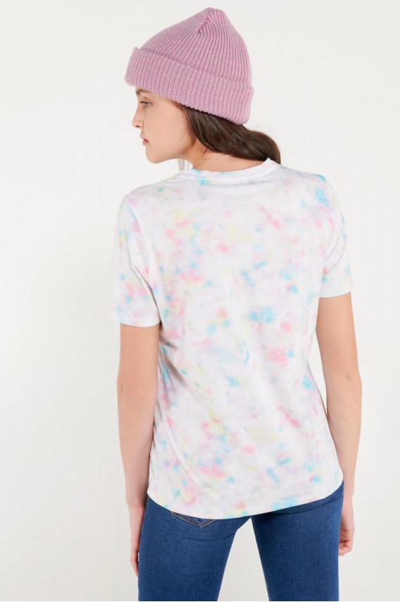 Camiseta manga corta tye dye con estampado en frente.