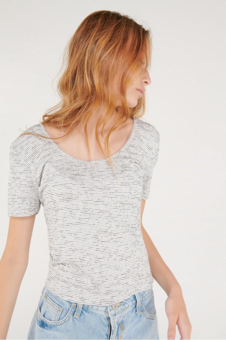 Camiseta chic manga corta con tela importada, detalle espalda.