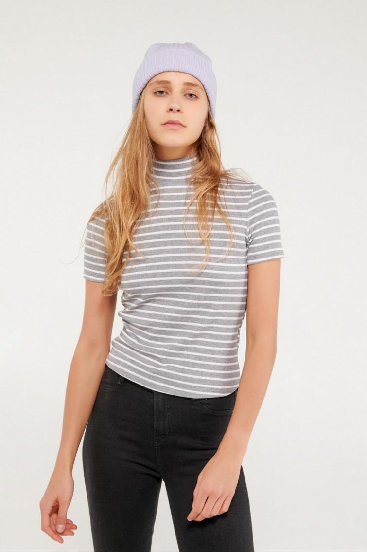 Camiseta manga corta con cuello alto