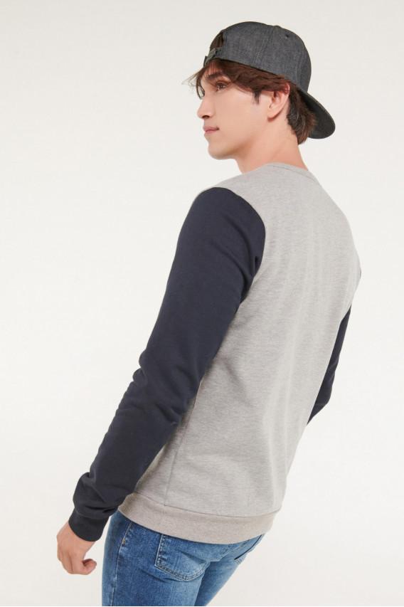 Buzo cuello redondo estampado frente mangas en contraste