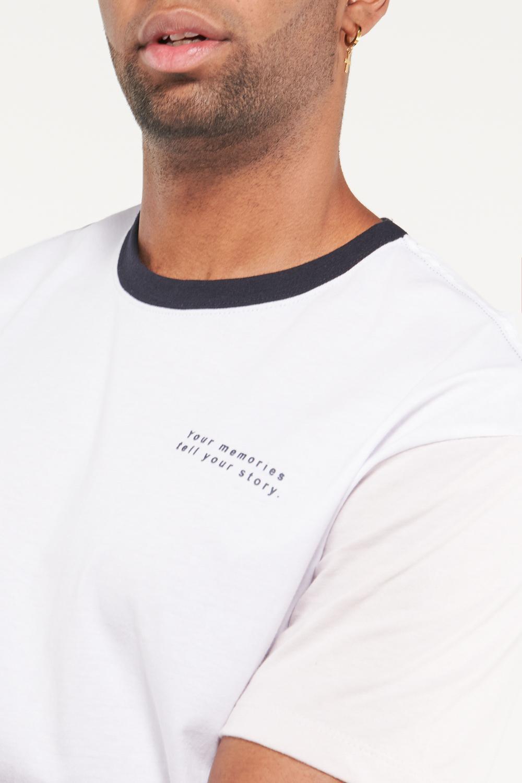 Camiseta manga corta con estampado en frente, cuello y mangas en contraste.