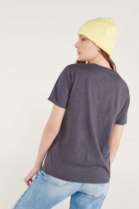 Camiseta manga corta con estampado en frente.