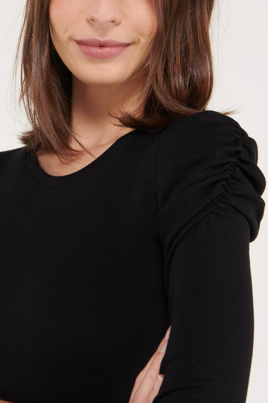 Camiseta manga corta unicolor, con recogido en mangas.