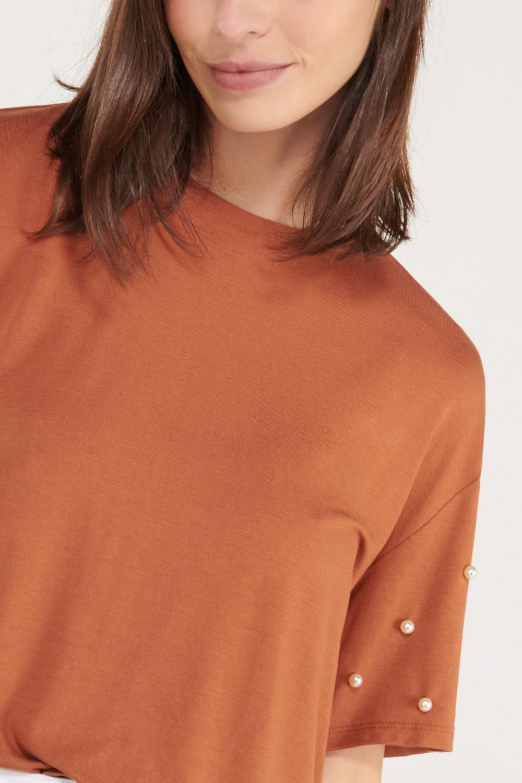 Camiseta manga corta unicolor con perlas.