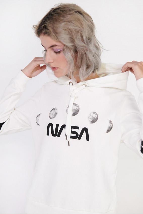 buzo cerrado con capota de NASA.