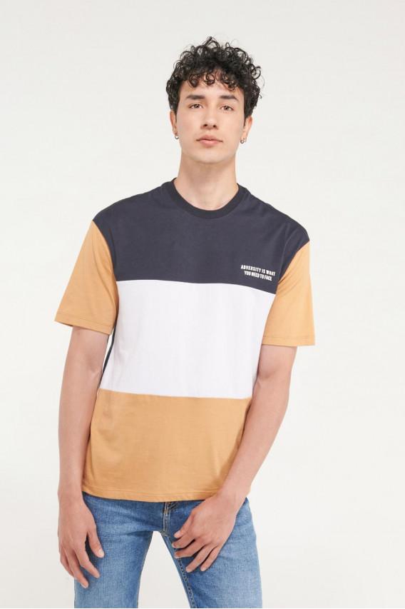 Camiseta manga corta estampado en frente y ruedo.