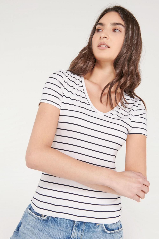Camiseta básica, manga corta con cuello en V.