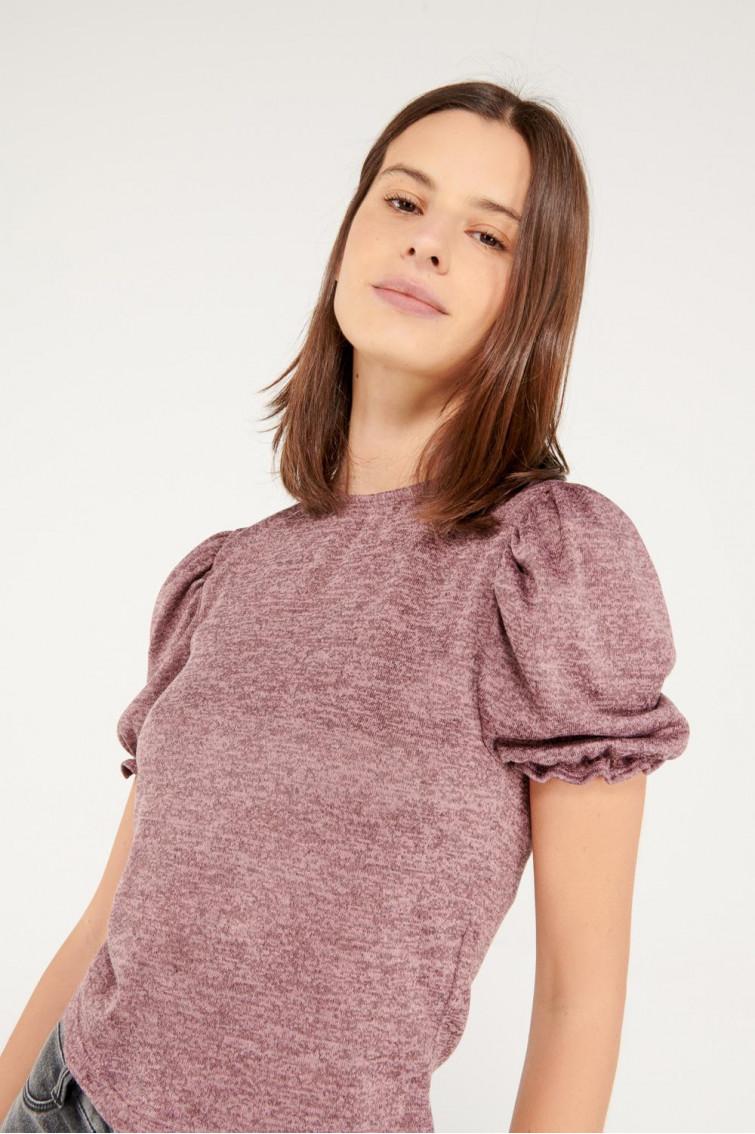 Camiseta manga corta con recogido en puños y hombros.