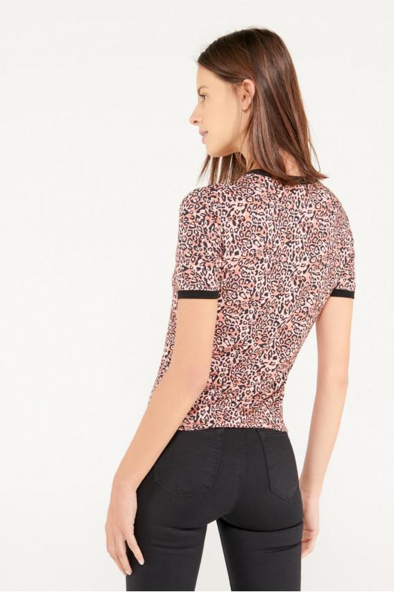 Camiseta cuello redondo, manga corta con puño en contraste, con estampado.