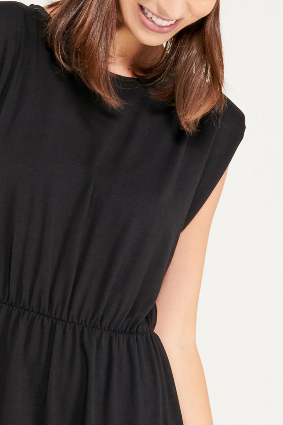 Vestido corto con recogido en cintura.