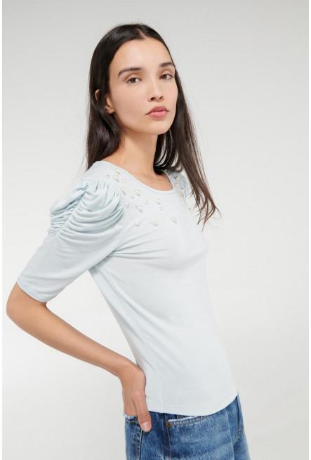 Camiseta manga corta con perlas en frente.