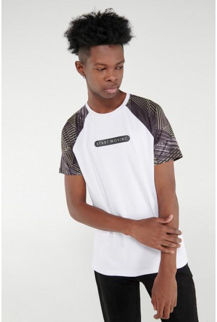 Camiseta Fit manga ranglan corta, para hombre con estampado en frente.