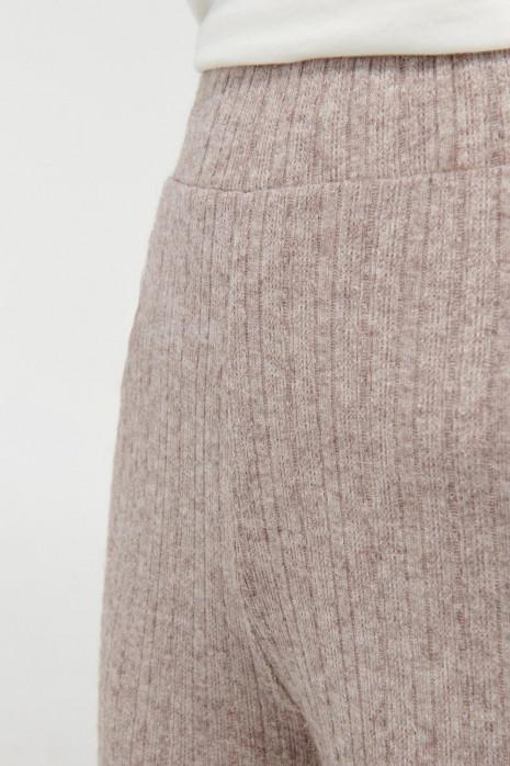 Pantalón moda con bota ancha en rib.