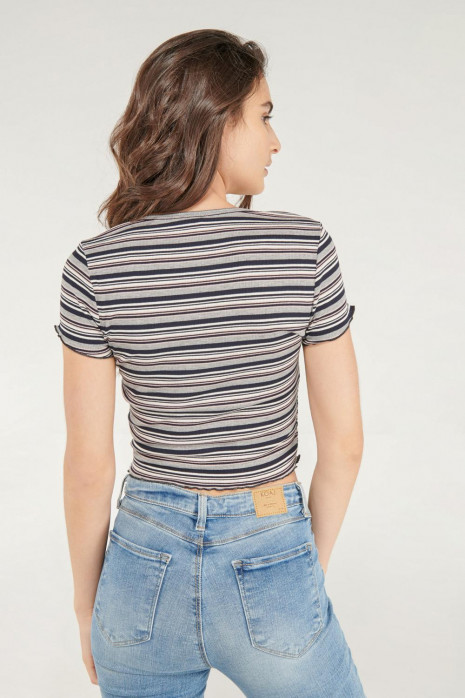 Camiseta para mujer con broches fijos en frente.