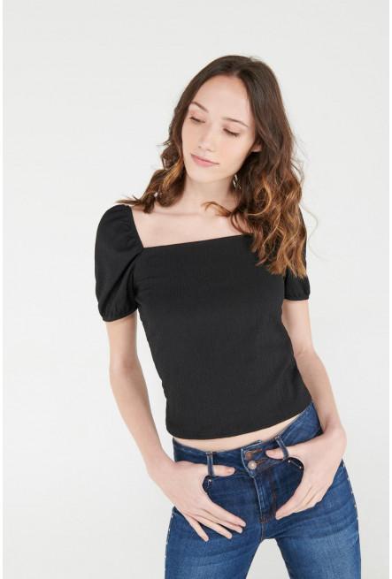 Camiseta manga corta con elástico sobre hombros.