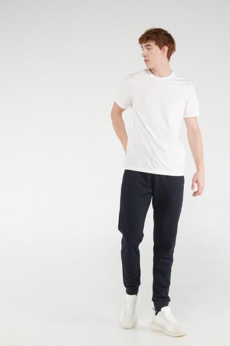 Pantalon jogger con pretina y puños en rib, con estampado localizado.