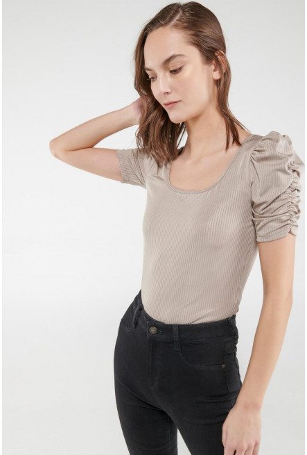 Camiseta chic manga corta con tela acanalada.