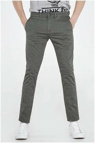 Pantalon estilo chino
